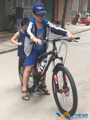 Cậu bé khá thích thú với chiếc xe đạp thể thao mới