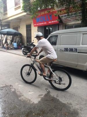 Em Việt Thái Hà trải nghiệm xe đạp Giant tại showroom -2