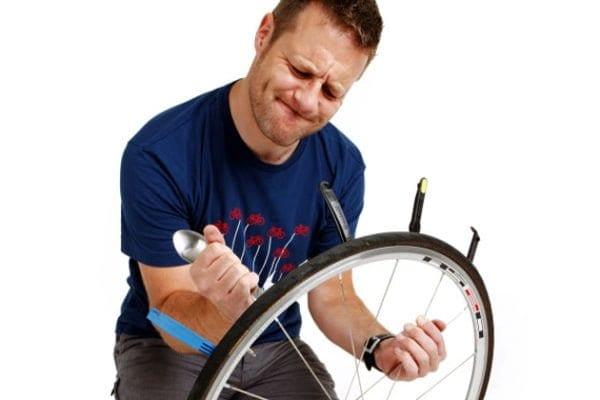 Sử dụng các đòn bẩy để bẩy lốp xe