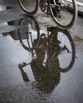 Tránh vũng nước đọng khi đi xe đạp