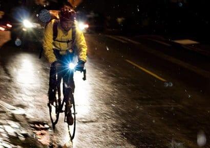 Sử dụng đèn khi đi xe đạp trời mưa