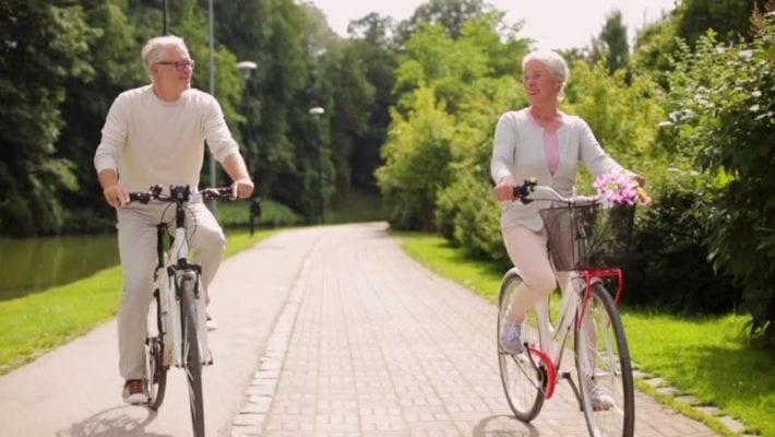 Người cao tuổi đi xe đạp