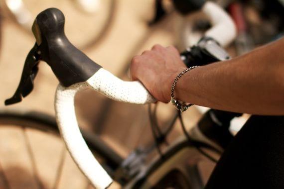 Việc câm chặt tay lái có thể khiến bạn bị đau tay