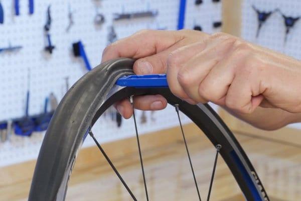 Sử dụng đòn bẩy để lấy lốp ra khỏi vành