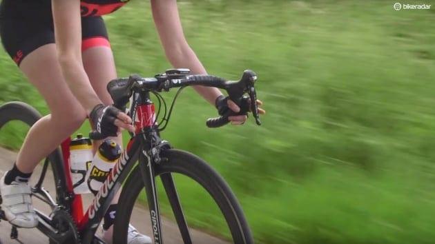 Không nên nắm quá chặt tay lái xe đạp